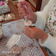 お花絞りのレッスンです。口金を使ってお花を絞っていきます。
