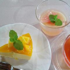 マンゴームースケーキと桃のコンポート 試食風景