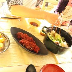 煮込み料理のレッスンはみんなでワイワイ鍋を囲みます。