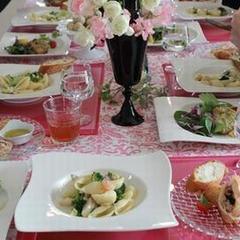 バレンタインを意識したピンクで甘めのテーブルコーディネート。