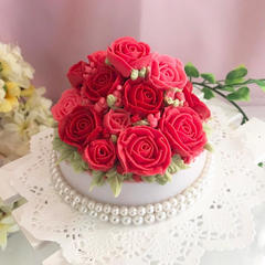 お花の石鹸 石鹸の材料でお花を絞っていきます