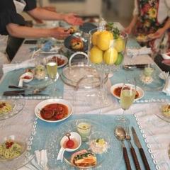 テーブルにお料理を並べて
