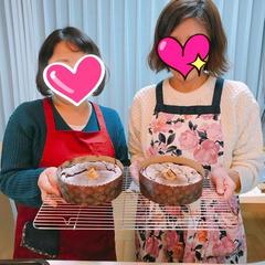 出来上がりのケーキを持ってにっこり(^^)