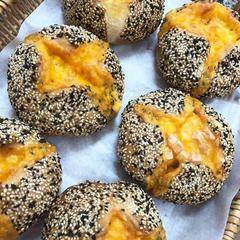 ゴマとたっぷりチーズのハード系パン