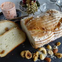 4種のナッツとフィグのカンパーニュ・サーモンパテ添え