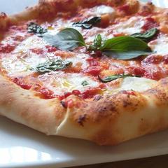 親子パンレッスンでは自家製ピッツァを。