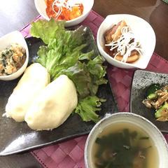 豚の角煮、エビチリの中華バンズ