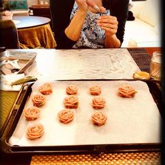 あんクッキーのバラを絞って頂いております