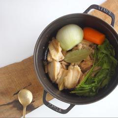 鶏ガラがら丁寧にとったボーンブロススープ