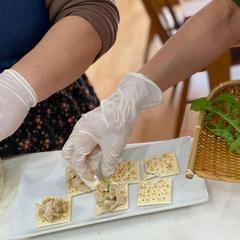 ベランダ栽培ルッコラを収穫して里芋カナッペにトッピング!