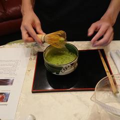 抹茶体験もできます。自分で作った和菓子と一緒に楽しめます。