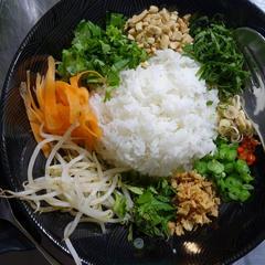 表参道にて タイ風ごはんのサラダ「カオヤム」