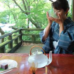 暑い日のヒトコマ。時には冷たいお茶で一服。