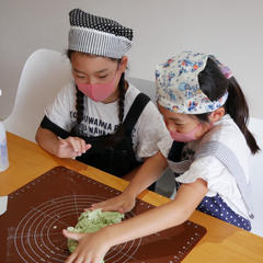 パンは手ごねを教えています。子どもでも上手ですよ