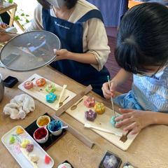 お母さんと一緒に和菓子作りです。楽しそう!