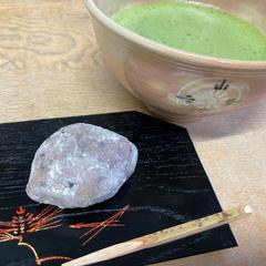 今日の一口菓子は11月のお菓子「亥の子餅」とお抹茶です。