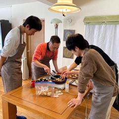 男性4人グループ、じゃがいももっちり焼きに挑戦中^ ^