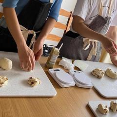 7月参加者の特典のレーズン食パンを成形中❣️
