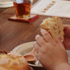 焼いたパンは基本的に持ち帰りですが焼きたてにかじりつくのも◎