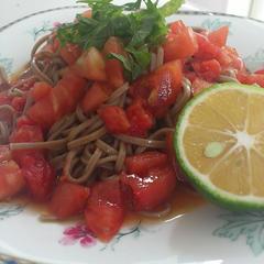 トマトとカボスのおそば オリーブオイル風味