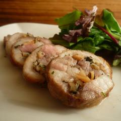 豚肉のナッティロール サラダ添え