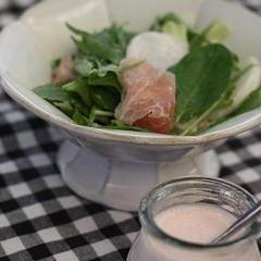 かわいいピンクドレッシングのサラダ