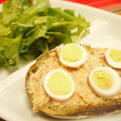 サーモンと卵のタルティーヌ