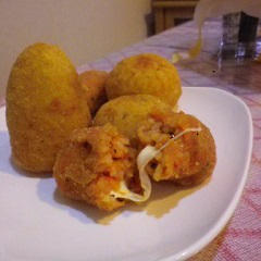 イタリアの伝統的な料理のスップリ(ビアンコ)