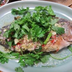 タイ風魚の塩釜焼きハーブソース