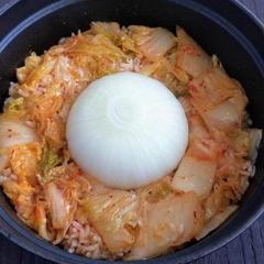 まるごと新玉ねぎの炊き込みご飯(キムチver.)