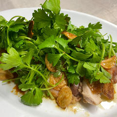 鶏もも肉のグリル、カリカリにんにく入りのソースで