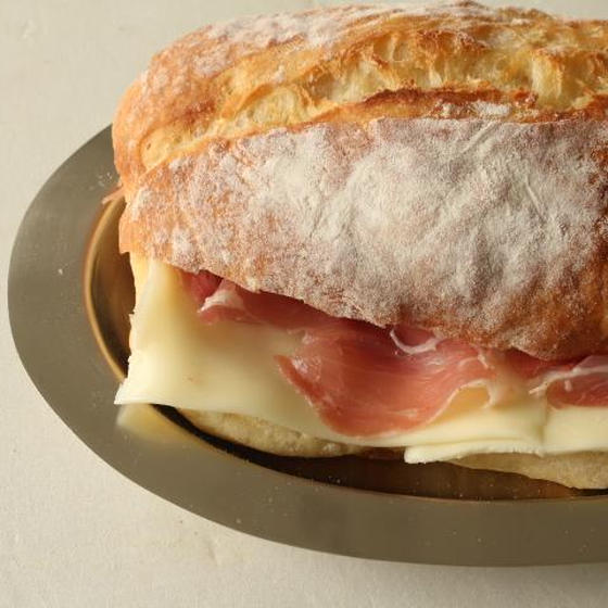 チーズとハムを挟んで