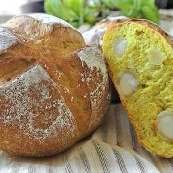クミンとマカダミアのカレーパンと枝豆のチーズINフォカッチャ