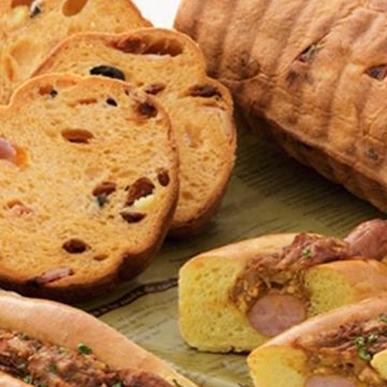 トマトのラウンドパンとカレードッグ