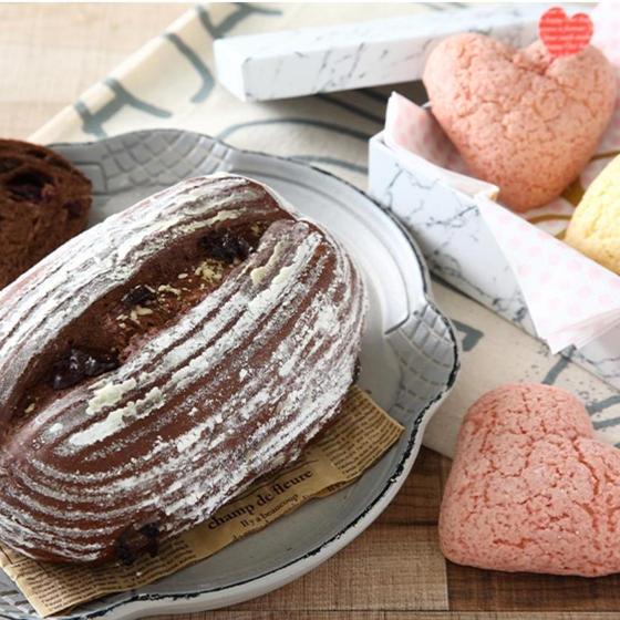 """パン""""チョコレート""""カンパーニュ""""とハートのメロンパン"""