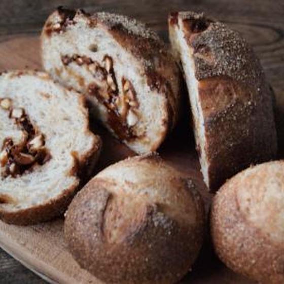 低温発酵でつくるアーモンドカラメルのハードパンとプチブール