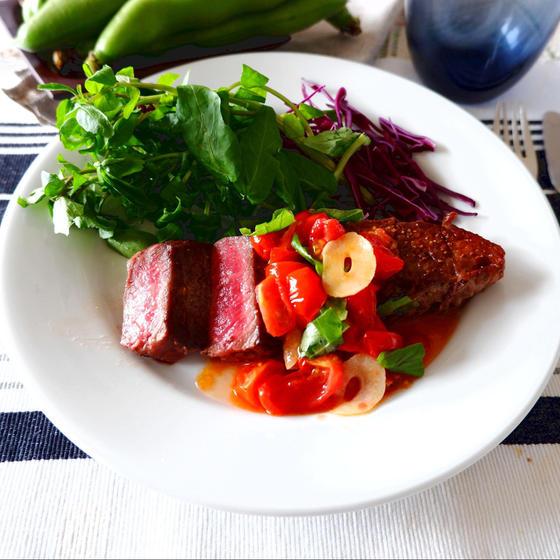 牛肉のステーキ ガーリックトマトソース