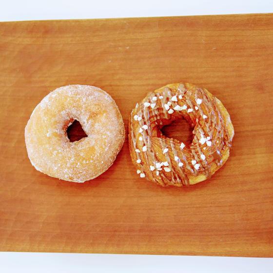 左がイーストドーナツ、右がフレンチクルーラー