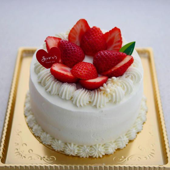 ピース仕上げのいちごのデコレーションケーキ