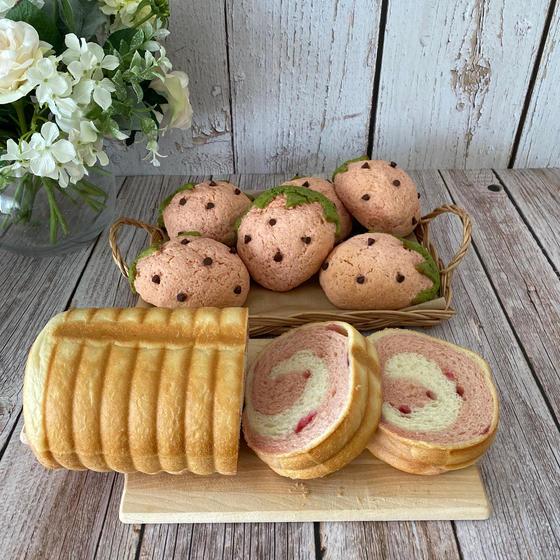 イチゴのラウンド食パンとイチゴメロンパン
