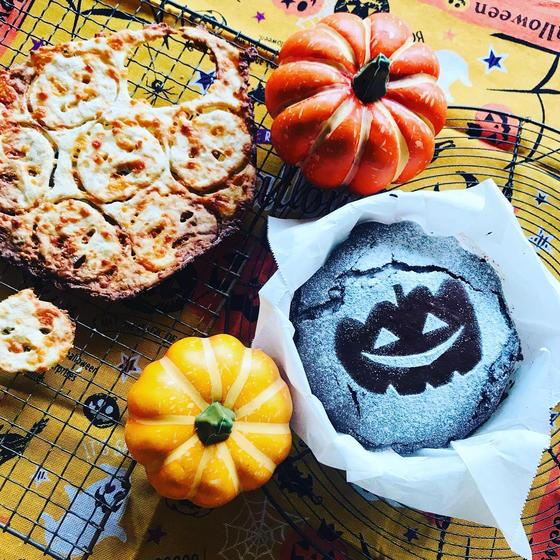 オンラインキッズ♫ハロウィンの真っ黒なケーキから赤いジャムがトロッと!デビルズケーキと、かぼちゃお化けのカリッとチーズスナック♫