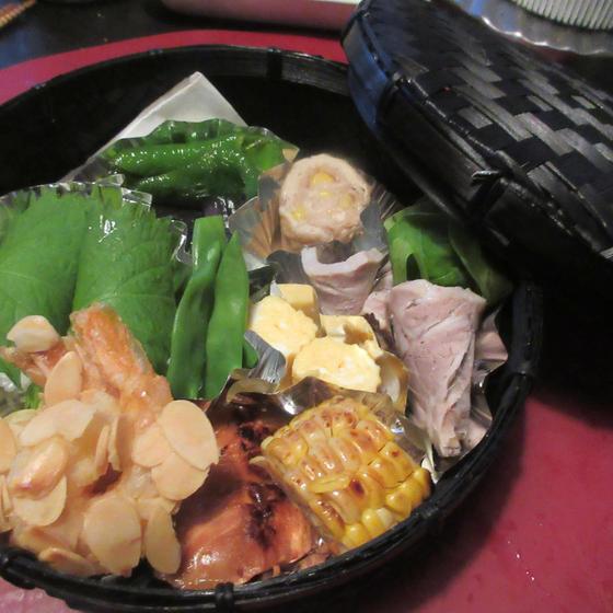夏向きの点心や御飯を竹篭の弁当に詰めて、お持ち帰り頂きます