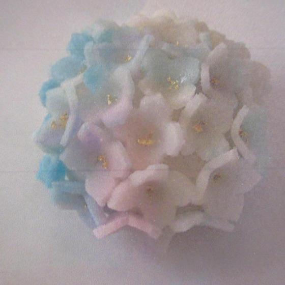 6月の和菓子は抹茶の淡雪羹と紫陽花の練り切り(画像)です