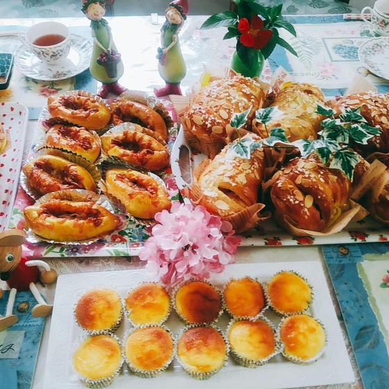 ピーナツロール、ウインナカレーパン、チーズケーキ
