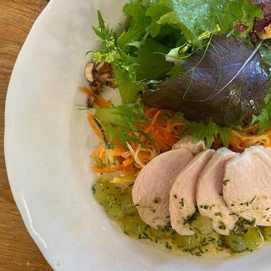 鶏胸肉のポシェにジュリエンヌ野菜のサラダ仕立て