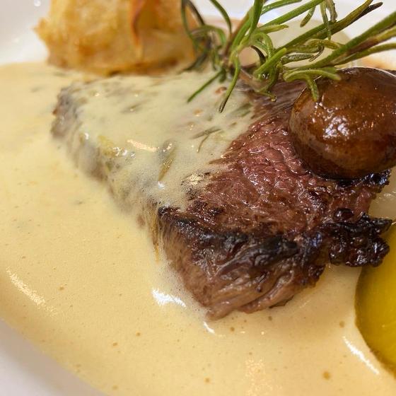 牛もも肉を柔らかくポワレ、ソース ベアルネーズで