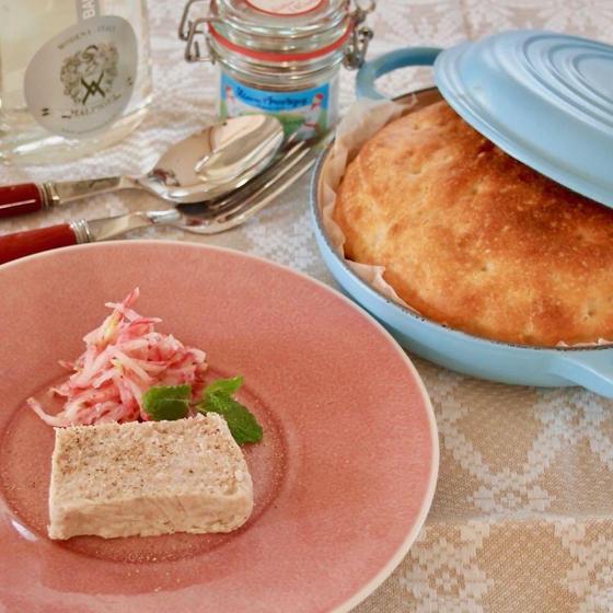 フレンチスタイルの家庭料理ー焼きたてパンのフレンチ・ブランチ
