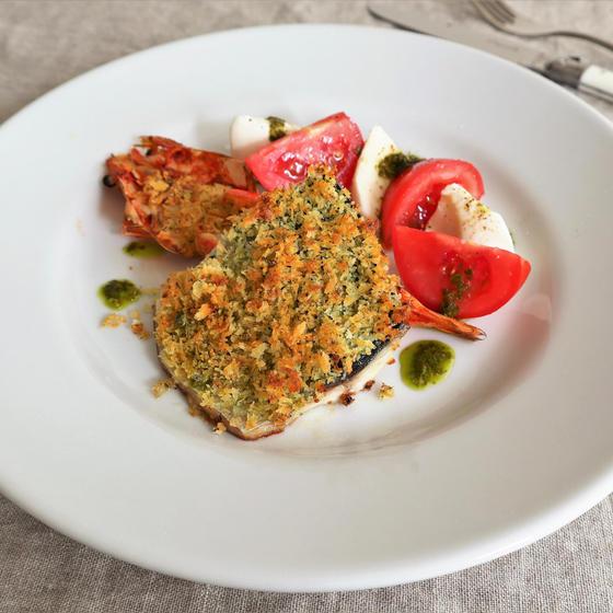 鮮魚の香草パン粉焼き カプレーゼ添え ソースピストゥ