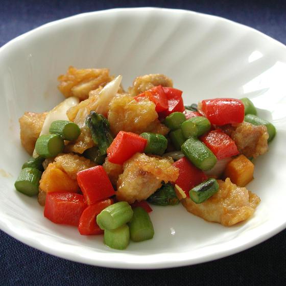 中華料理:鶏肉とカボチャとアスパラガスの炒め物