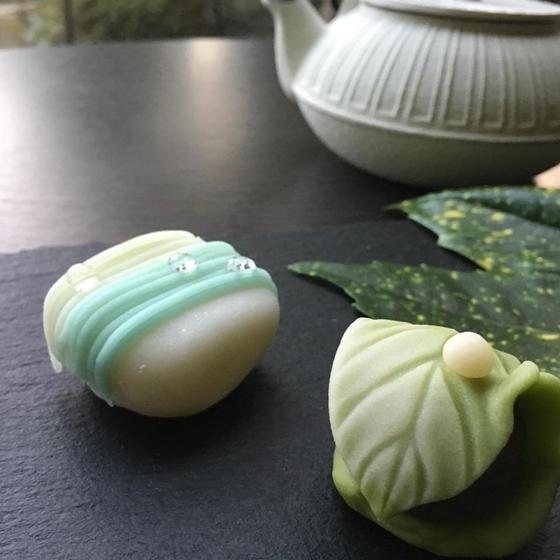 新緑の季節を落し文(煉切り製)と清流(雪平製)で表現しました